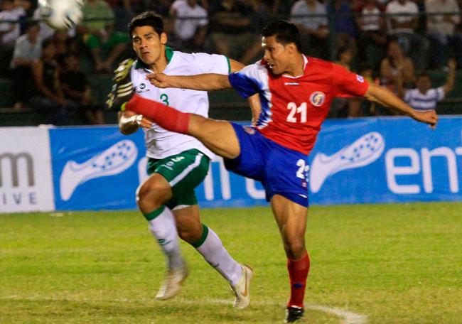 El costarricense Jairo Arrieta (d) disputa el balón con el boliviano Luis Gutiérrez (i). EFE