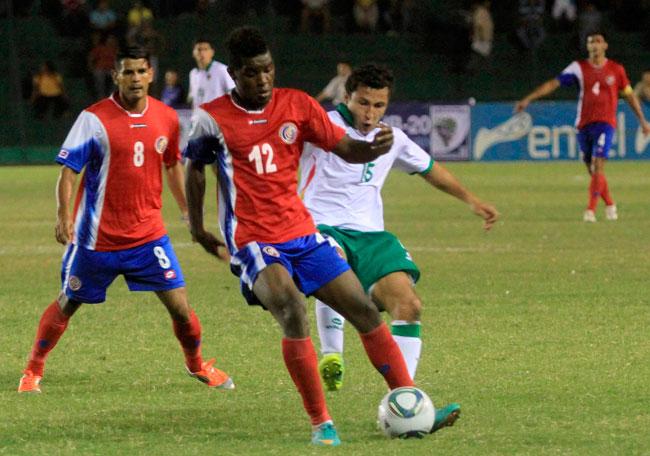 Joel Campbell (c) de Costa Rica es marcado por el boliviano Ronald Segovia (d). EFE