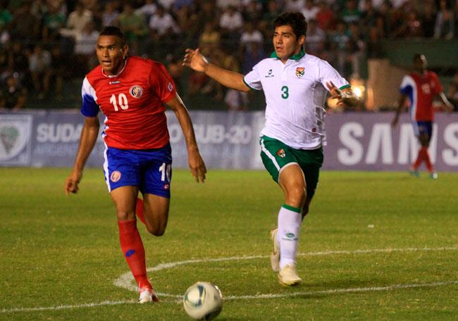 El costarricense Christian Lagos (i) es marcado por el boliviano Luis Gutiérrez (d). EFE