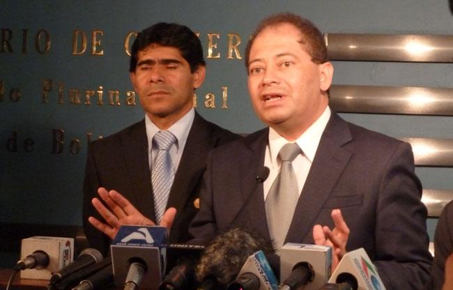 El ministro de Gobierno, Carlos Romero, junto al viceministro de Régimen Interior, Jorge Pérez en rueda de prensa. ABI