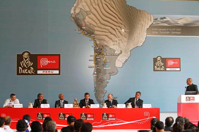 El director del Rally Dakar junto a autoridades peruanas en el lanzamiento de la competencia. Foto: EFE