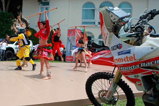 Vista de un baile como parte de la presentación del Rally Dakar 2013 en Lima. Foto: EFE