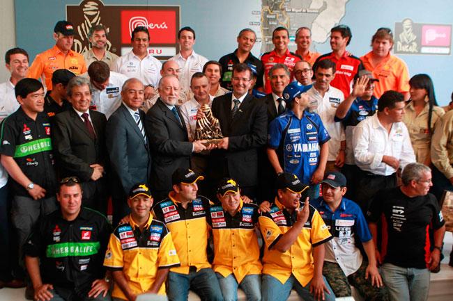 El director del Rally Dakar, Etienne Lavigne (c), posa junto al ministro de Cultura del Perú, Luis Peirano (i) y el ministro de Comercio Exterior y Turismo, Jose Luis Silva Martinot (d). Foto: EFE