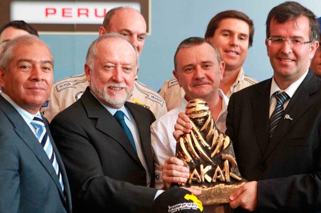 El director del Rally Dakar, Etienne Lavigne (c), posa junto a autoridades del Perú en el lanzamiento del Rally Dakar 2013. Foto: EFE