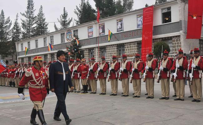 Morales entrega regalos a Colorados de Bolivia