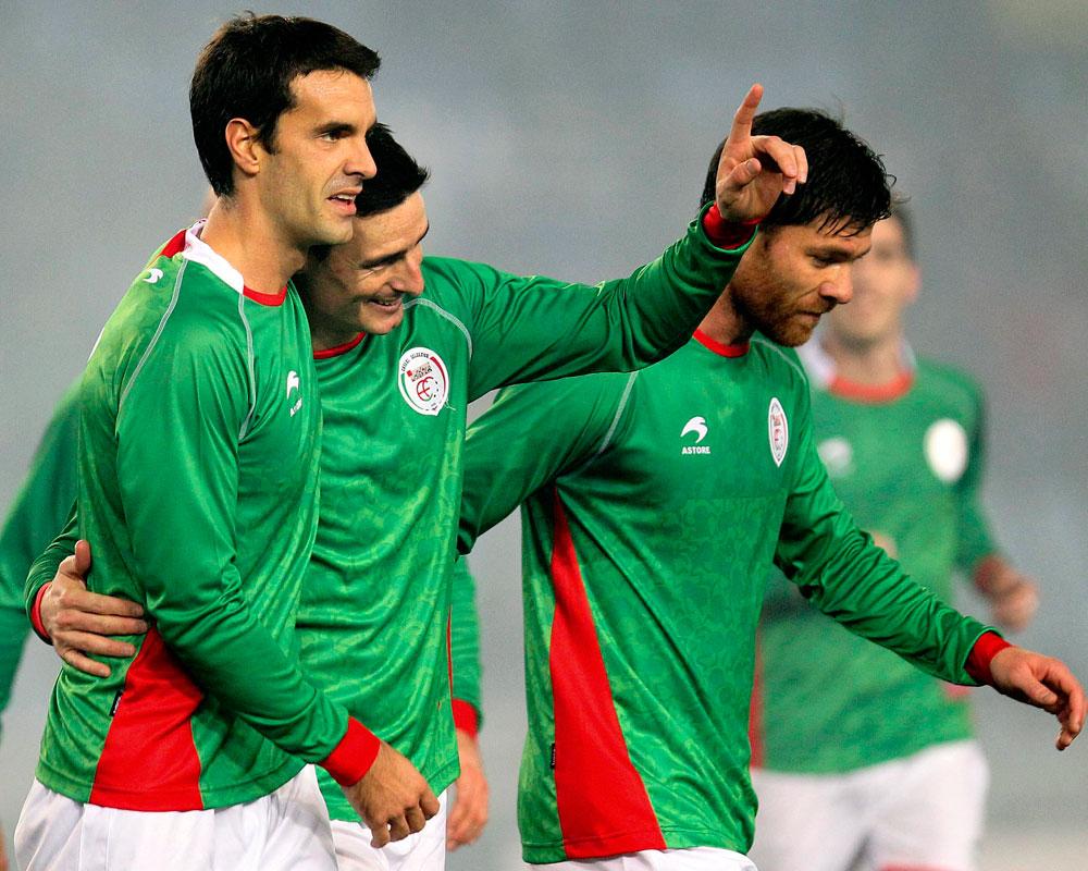 Los jugadores de la selección autonómica de Euskadi, Aduriz (c), Xabi Prieto (i) y Xabi Alonso, celebran. EFE