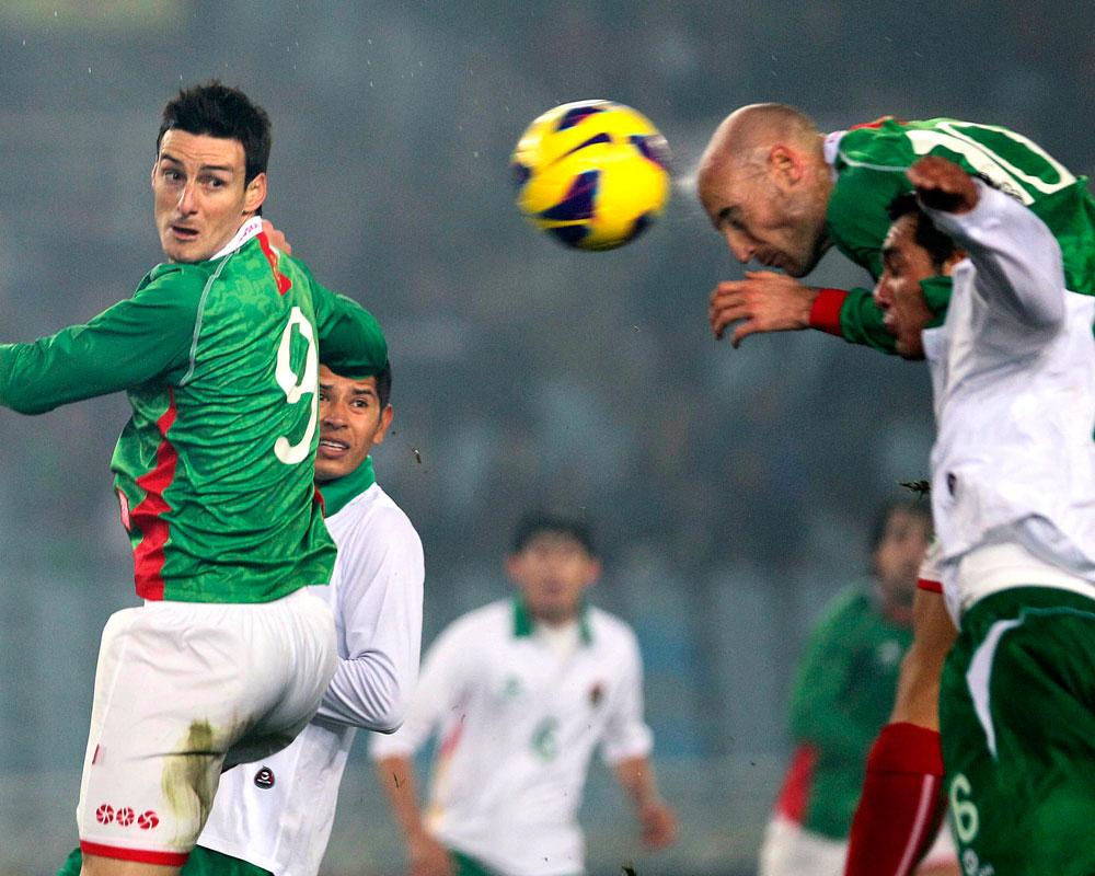 El jugador de la selección autonómica de Euskadi, Toquero (d), remata un balón junto a Pedro Azogue, de la selección de Bolivia. EFE
