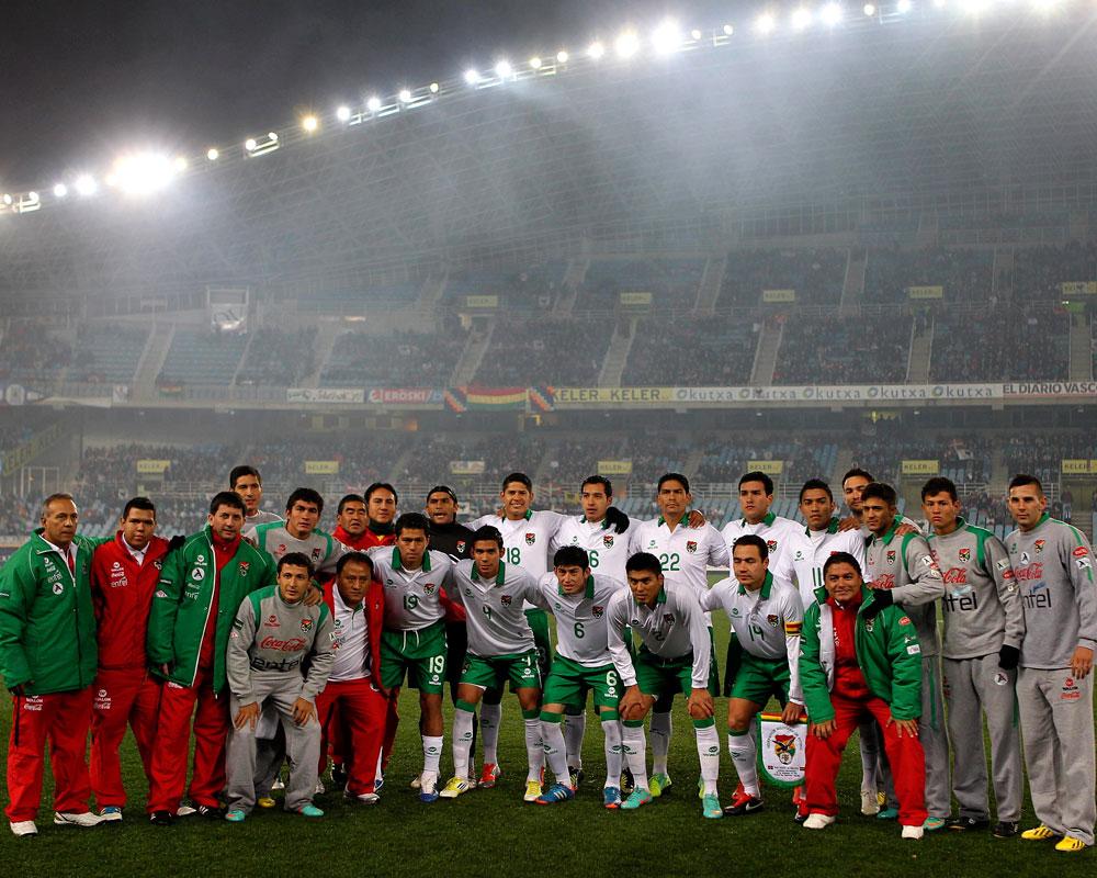 La delegación boliviana, momentos antes del encuentro amistoso en el estadio de Anoeta de San Sebastián. EFE