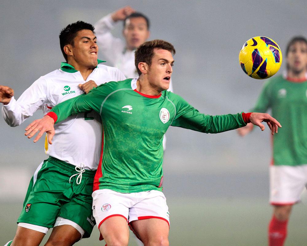 El jugador de la selección autonómica de Euskadi, Ibai Gómez, y Luis Méndez, de la selección de Bolivia. EFE