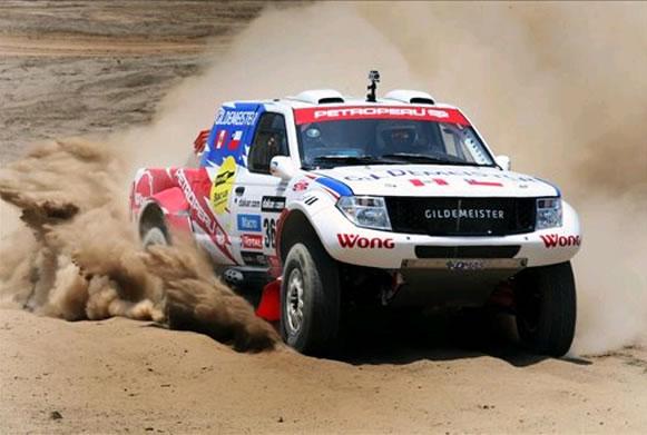 El piloto peruano Ramón Ferreyros conduce su auto, durante una demostración a la prensa para el Rally Dakar 2013. Foto: EFE