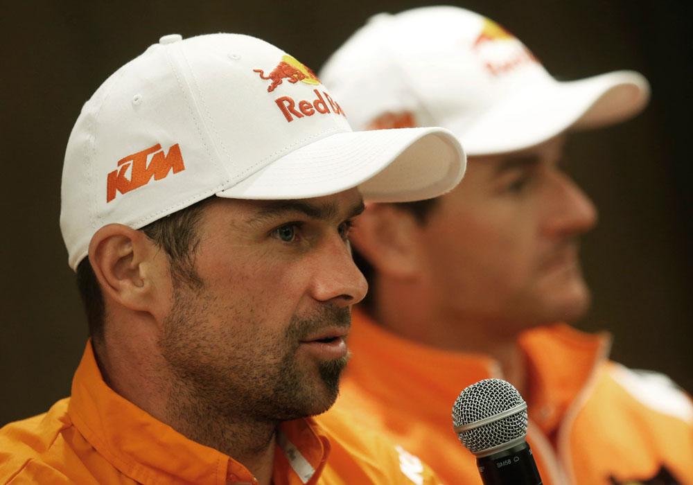 El motociclista español Marc Coma (d) y su compañero de equipo en KTM, el francés Cyril Despres (i), durante una conferencia de prensa conjunta, ambos fueron ganadores del Rally. Foto: EFE