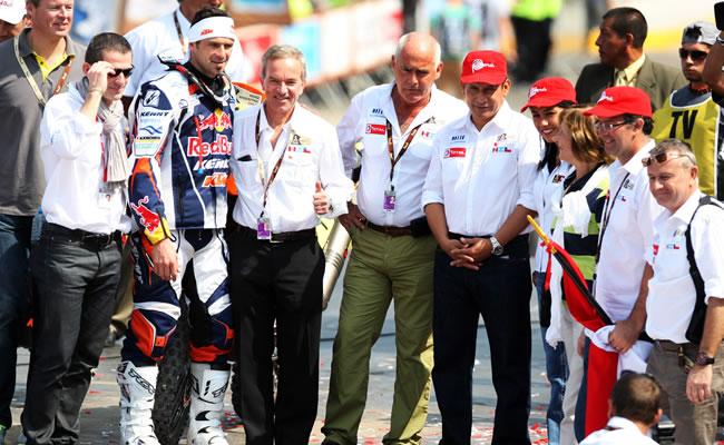l piloto francés Ciryl Despres (3-i) posa con un grupo de asistentes, entre ellos el presidente peruano, Ollanta Humala Tasso (5-d). Foto: EFE