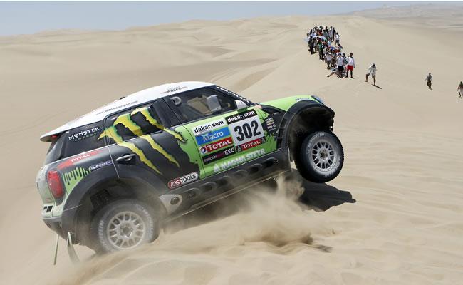 El francés Stephane Peterhansel conduce su vehículo Mini durante la segunda etapa del rally Dakar 2013, en Pisco (Perú). EFE
