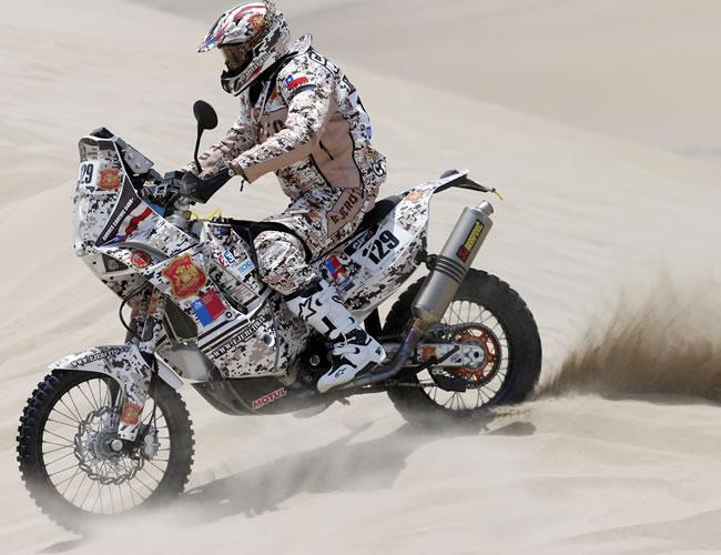 El piloto chileno Andres Carevic en acción en la segunda etapa del Rally Dakar en el desierto de Pisco (Perú). Foto: EFE