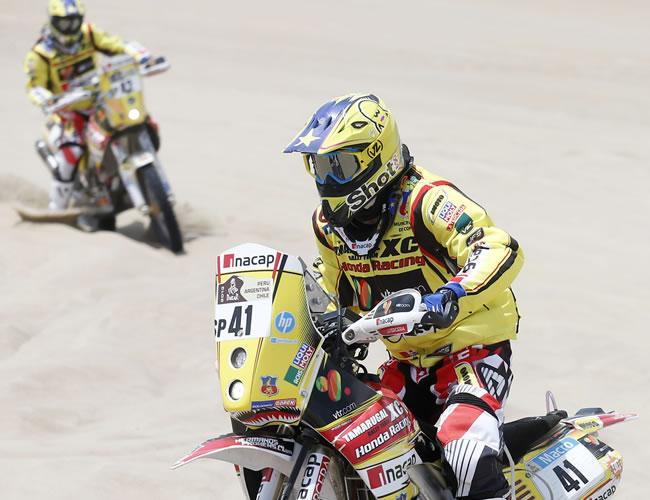 Los piloto chilenos Felipe (der.) y Jaime Prohens en acción en la segunda etapa del Rally Dakar en el desierto de Pisco (Perú). Foto: EFE