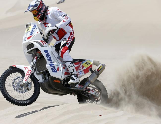 El piloto polaco Kuba Przygonski en acción en la segunda etapa del Rally Dakar en el desierto de Pisco (Perú). Foto: EFE