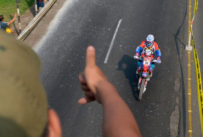 """Juan Carlos """"Chavo"""" Salvatierra en el enlace de la primera etapa del Dakar. EFE"""