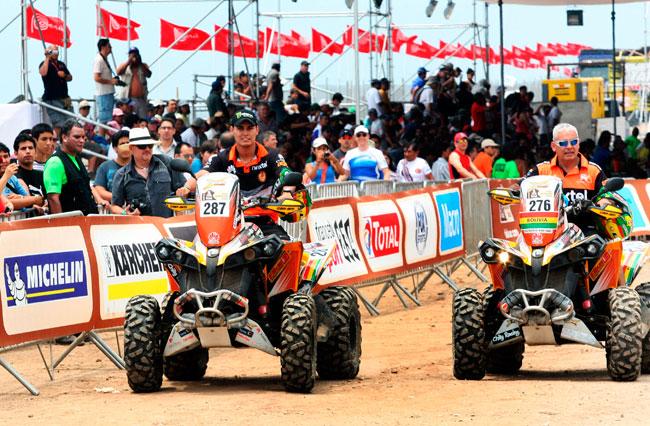 Los bolivianos Diego Martínez Dimetry (i) y su padre Leonardo Martínez Saucedo (d) en el 'Village Dakar' en Lima. EFE