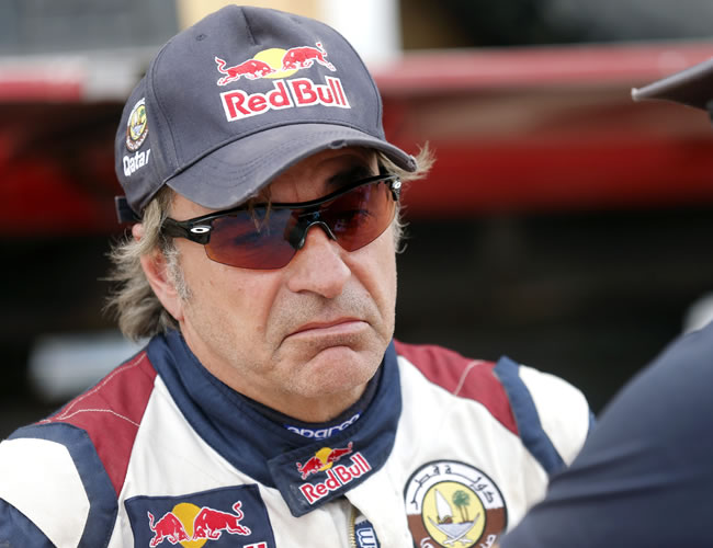 El piloto español Carlos Sainz (Buggy) habla con un miembro de su equipo. EFE