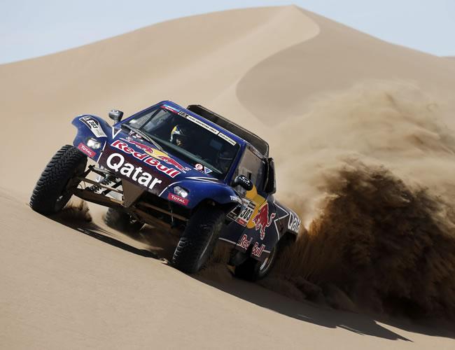 El piloto español Carlos Sainz compite en la arena de Chile. EFE