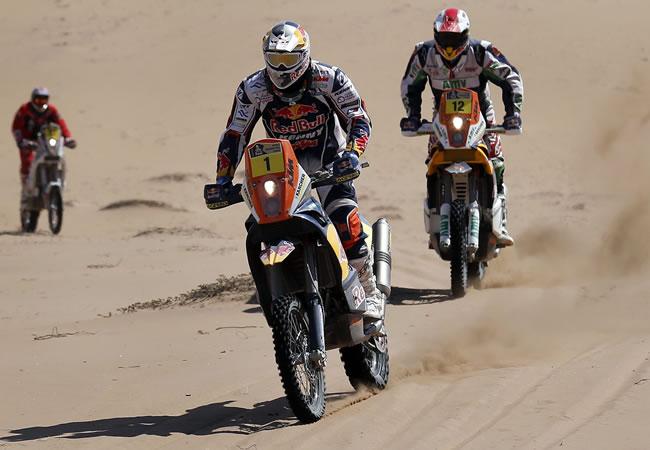 El piloto francés Cyril Despres (c) y Juan Pedrero García (d) de España. EFE