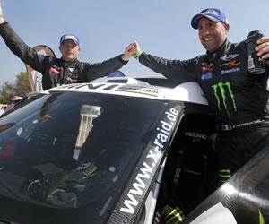El piloto francés Stephane Peterhansel (d), ganador del Dakar en categoría autos, celebra junto a su copiloto, Jean Paul Coltret (i), en Limache