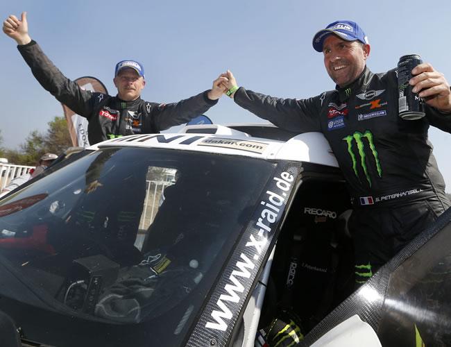 El piloto francés Stephane Peterhansel (d), ganador del Dakar en categoría autos, celebra junto a su copiloto, Jean Paul Coltret (i), en Limache. EFE