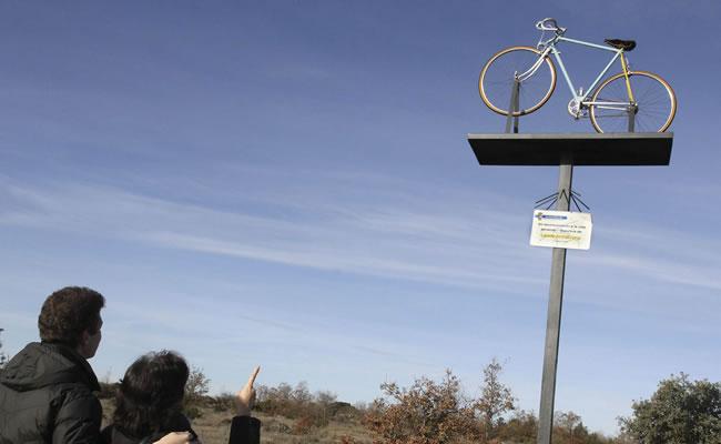 Dos personas observan el monumento que se levantó en homenaje al exciclista Lance Armstrong en la localidad palentina de Antiüedad. EFE