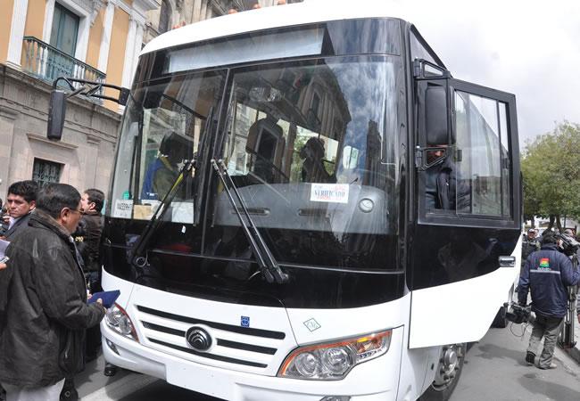 Morales entrega bus prototipo chino a la Confederación de Choferes