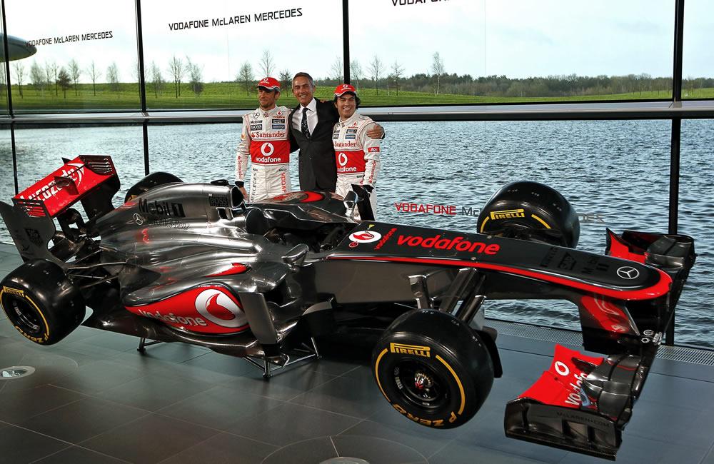 Jenson Button (i) y Sergio Pérez (d) posan junto al jefe del equipo McLaren de Fórmula Uno, Martin Whitmarsh y el nuevo auto MP4-28. EFE