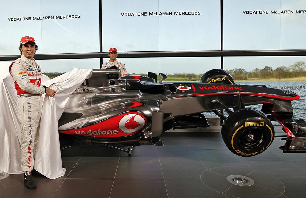 Los pilotos de McLaren, Jenson Button (i) y Sergio Pérez (d) develan el nuevo auto. EFE