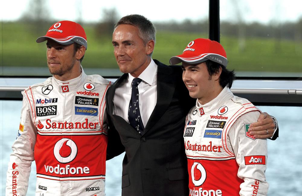 Jenson Button (i) y Sergio Pérez (d) posan junto al jefe del equipo McLaren de Fórmula Uno, Martin Whitmarsh. EFE