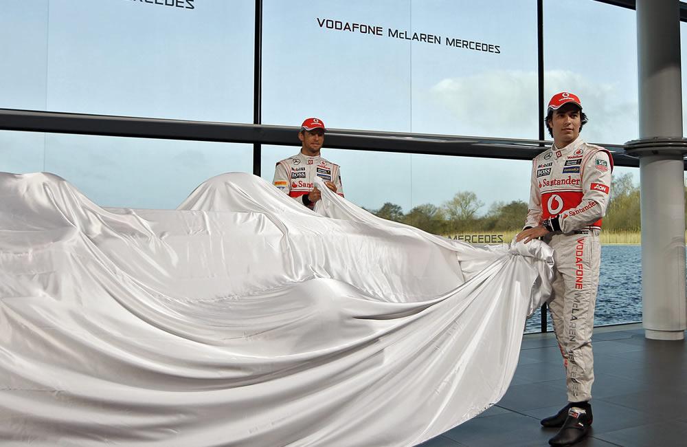 Los pilotos de McLaren, Jenson Button (i) y Sergio Pérez (d) listos para develar el nuevo auto. EFE