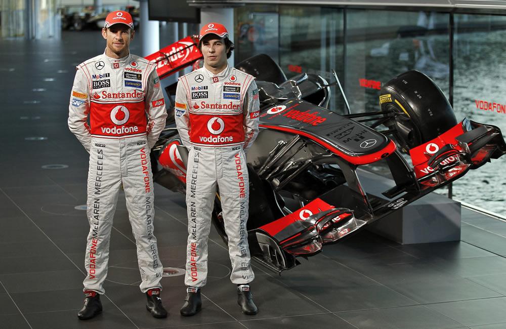 Los pilotos de McLaren, Jenson Button (i) y Sergio Pérez (d) con el nuevo auto de McLaren Mercedes, MP4-28. EFE