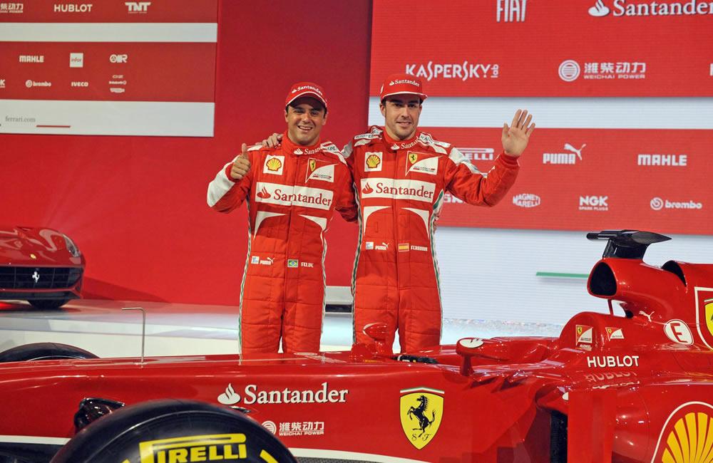 Felipe Massa (i) y Fernando Alonso (d) con el Ferrari F138. EFE