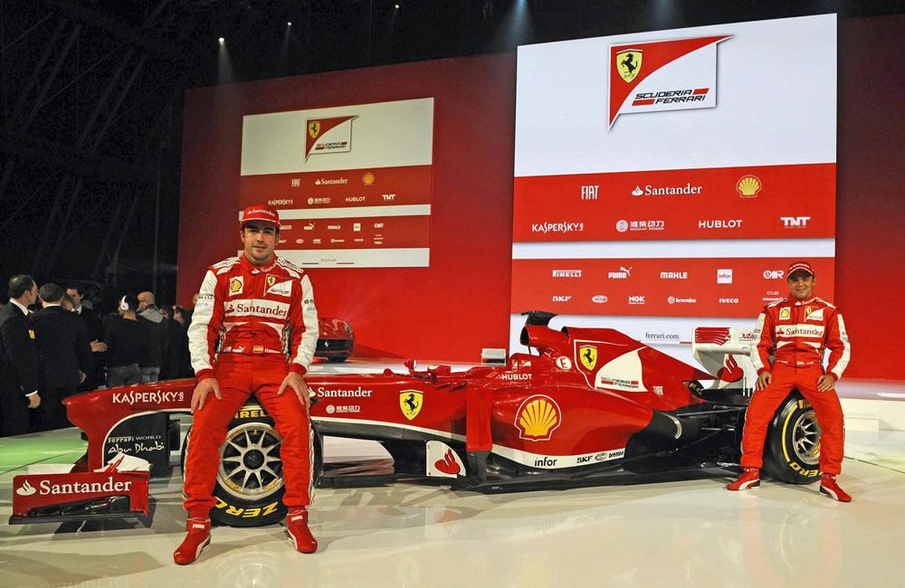 Fernando Alonso (i) y Felipe Massa (d) con el Ferrari F138. EFE