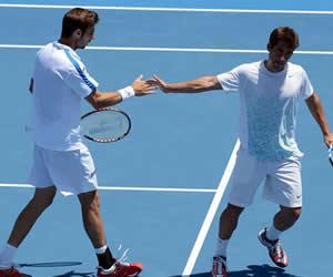 Granollers y López ganan el dobles y anotan el primer punto de España