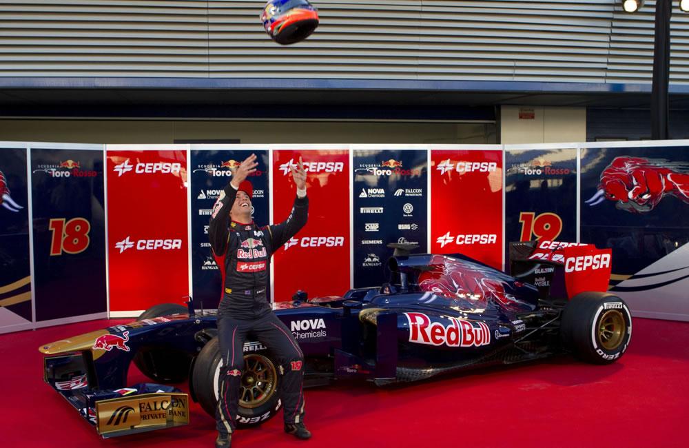 El piloto de Toro Rosso Jean-Éric Vergne y el nuevo auto de Toro Rosso. EFE
