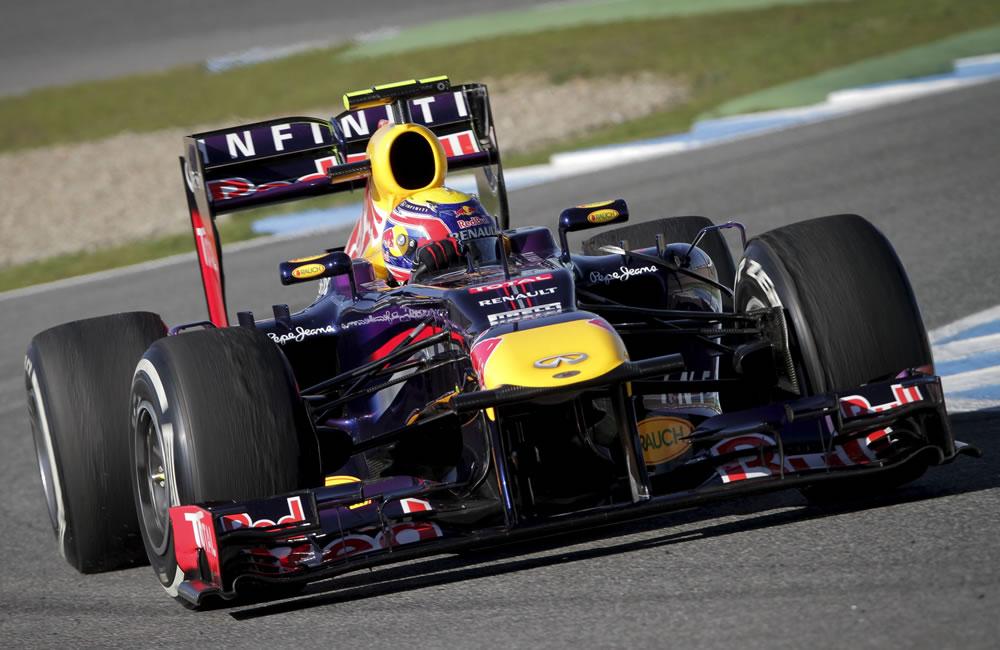 El piloto australiano Mark Webber conduce el nuevo Red Bull RB9 en Jerez. EFE