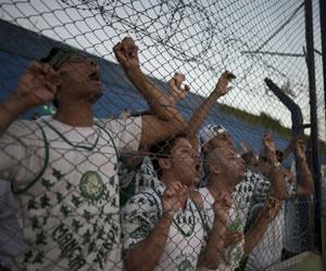 La plantilla del Palmeiras viajó a Brasil tras ser agredida por sus hinchas