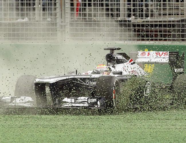 El piloto venezolano de fórmula 1 Pastor Maldonado saliendo de la pista del Gran Premio de Australia. EFE