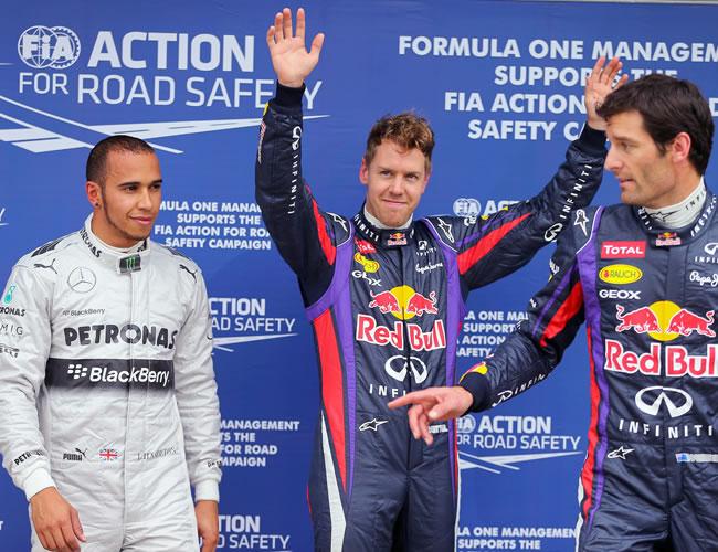 Los pilotos de fórmula 1 Sebastian Vettel de Red Bull celebra la pole position junto a Mark Webber (Red Bull) y Lewis Hamilton (Mercedes). EFE