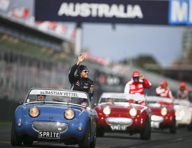 Exhibición de vehículos antes de iniciar la carrera, liderada por el campeón mundial Sebastian Vettel. EFE