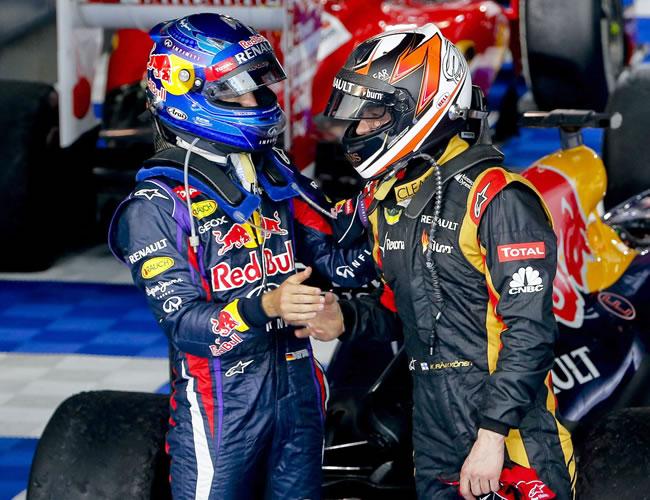 El finlandés Kimmi Raikkonen saluda al piloto alemán Sebastian Vettel. EFE