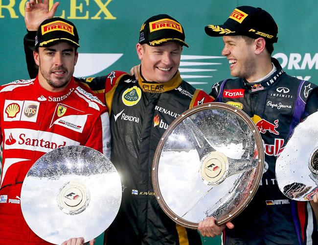 El piloto Kimi Raikkonen de Lotus campeón del Gran Premio de Australia junto a Fernando Alonso (Ferrari) y Sebastian Vettel (Red Bull). EFE