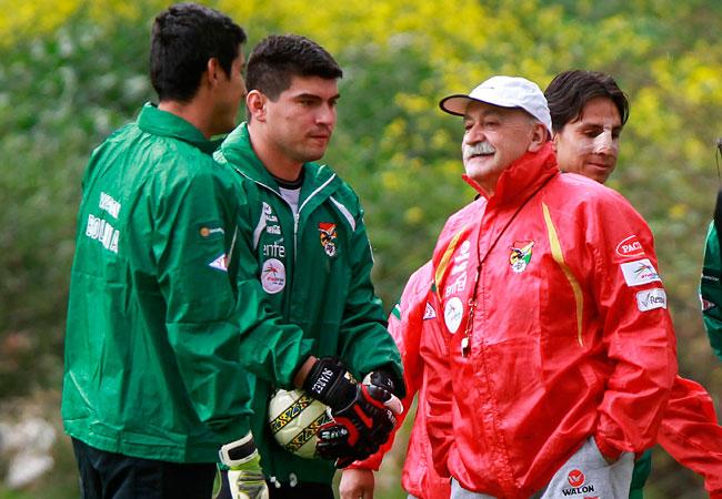 Hugo Suárez (c) junto al técnico Xavier Azkargorta (d) y Carlos Arias (i) también portero de la Selección Boliviana. EFE