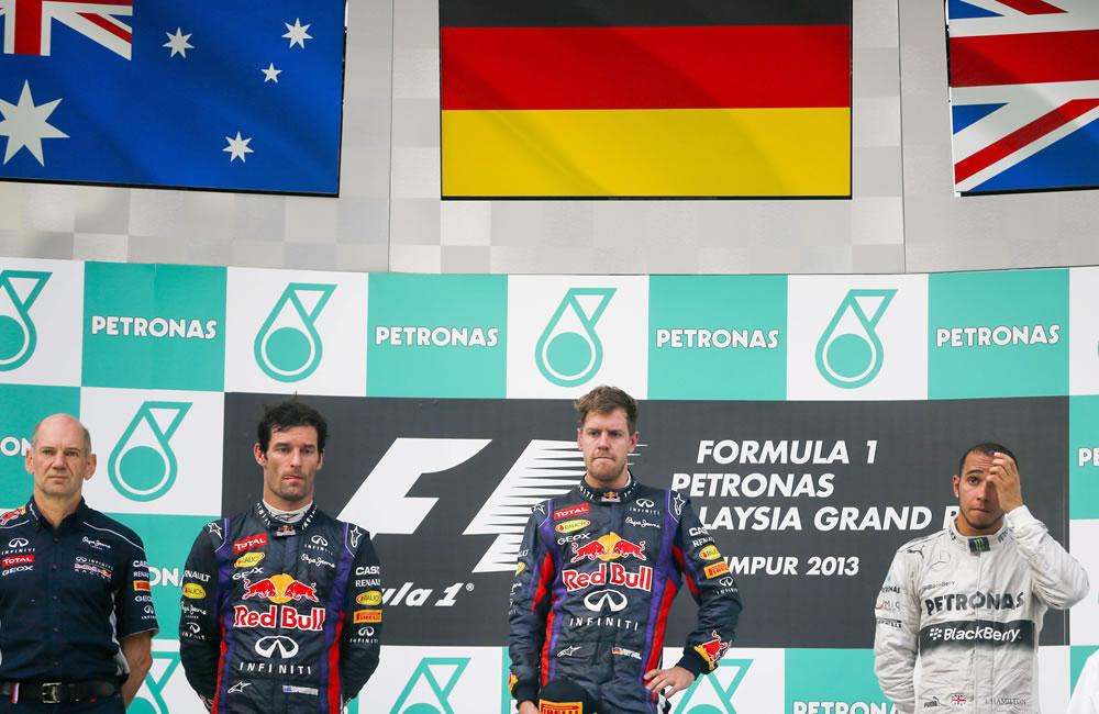 Los pilotos de Fórmula Uno Sebastian Vettel, Mark Webber y Lewis Hamilton en la premiación del Gran Premio de Malasia. EFE
