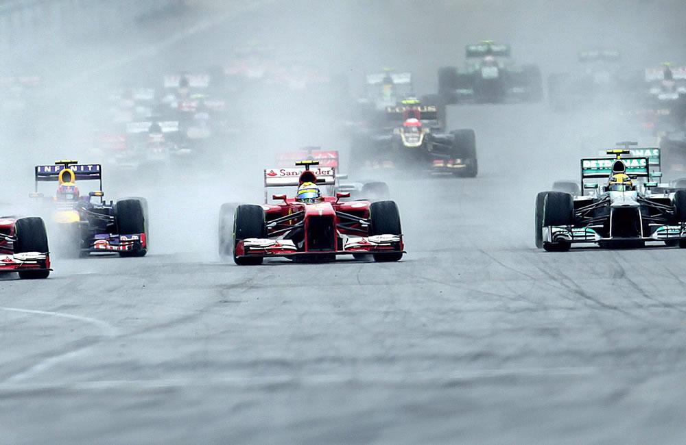 Largada de los pilotos durante el Gran Premio de Malasia. EFE