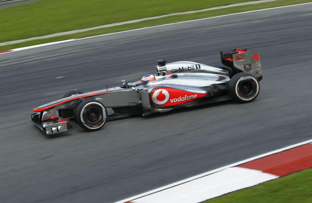 El piloto británico Jenson Button de McLaren Mercedes durante el Gran Premio de Malasia. EFE