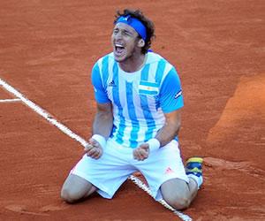 El tenista argentino Juan Mónaco celebra tras vencer al francés Gilles Simon